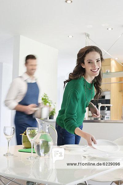Paar bereitet sich auf das Abendessen vor