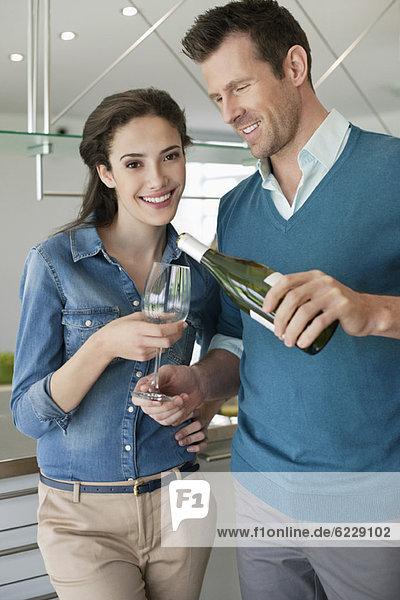 Paar Wein trinken in der Küche