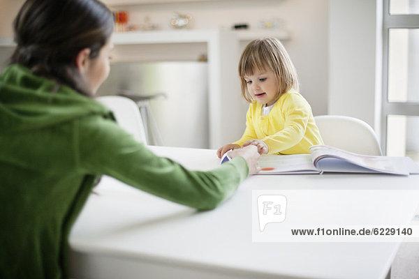 Frau unterrichtet ihre Tochter zu Hause