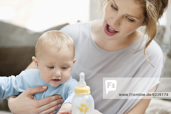Frau füttert ihre Tochter mit Milch