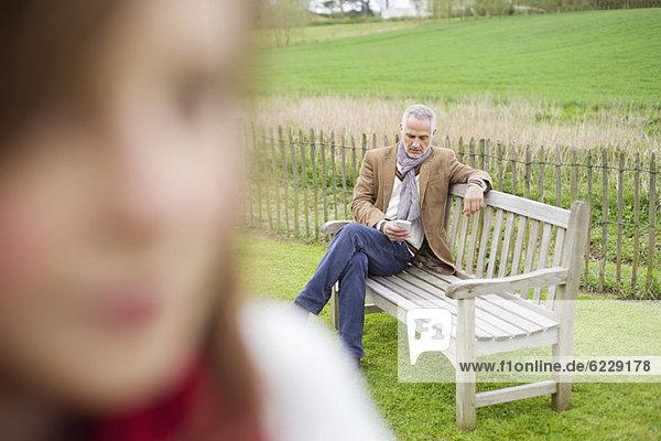 Nahaufnahme eines Mädchens mit Textnachrichten ihres Vaters im Hintergrund