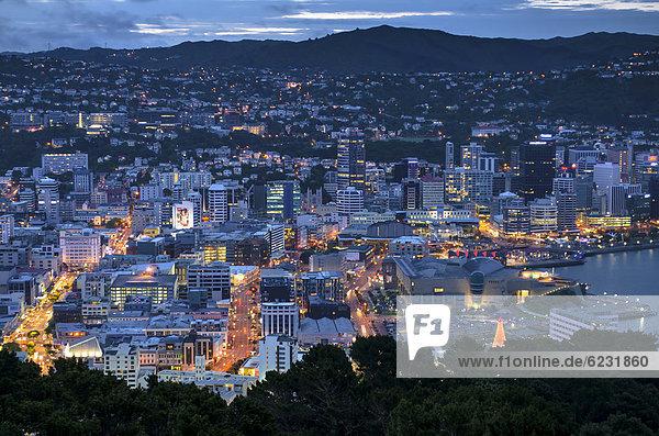 Stadtansicht  Hafenviertel von Wellington in der Abenddämmerung  Neuseeland  Nordinsel