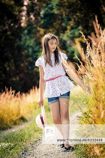 Mädchen zu Fuß  im Freien