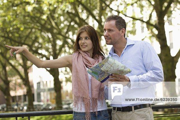 Junges Paar mit einer Straßenkarte im Freien