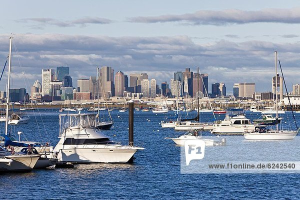 Vereinigte Staaten von Amerika  USA  Skyline  Skylines  Hafen  Großstadt  Boot  vertäut  Nordamerika  Neuengland  Boston  Massachusetts