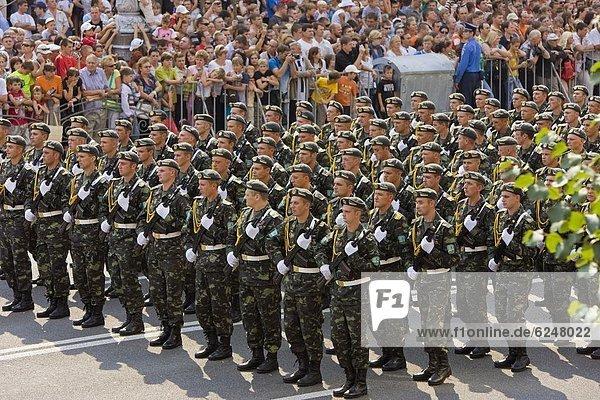Kiew Hauptstadt Europa Tag Straße Quadrat Quadrate quadratisch quadratisches quadratischer vorwärts Unabhängigkeit Parade Ukraine