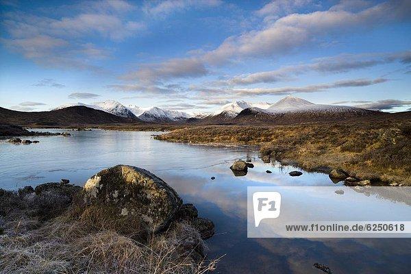 Europa  Schnee  Winter  bedecken  Wolke  Ruhe  Großbritannien  Himmel  über  Hügel  Spiegelung  weiß  schwarz  blau  Highlands  Ansicht  Berg  flach  See  Stück  0  gefroren  Schottland