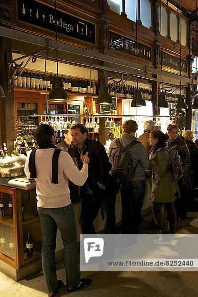 Innenaufnahme  Madrid  Hauptstadt  Europa  Fröhlichkeit  Wein  Tapas  Markt  Spanien  spanisch