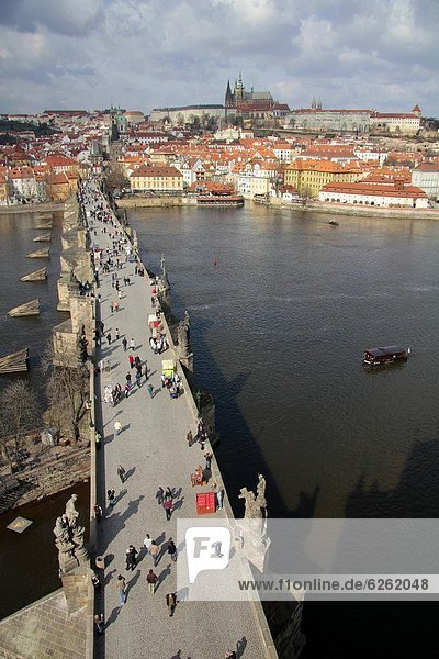 Charles Brücke über den Fluss Vltava  UNESCO-Weltkulturerbe  Prag  Tschechische Republik  Europa