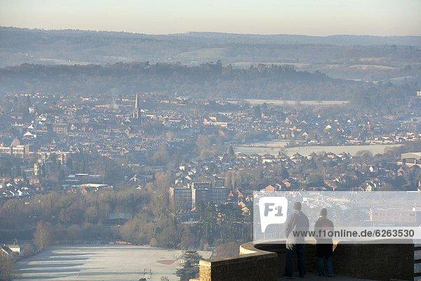 Europa  Winter  Mensch  zwei Personen  sehen  Menschen  Großbritannien  Hügel  Aussichtspunkt  Ansicht  2  Dorking  England  Surrey  surrey hills