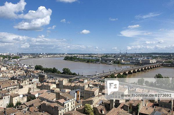 Blick auf Bordeaux und die Garonne vom Tour St. Michel  Turm  Bordeaux  Aquitanien  Frankreich  Europa