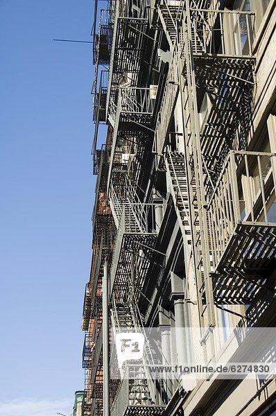 Fire Escapes auf der Außenseite der Gebäude in Spring Street  Soho  Manhattan  New York City  New York  Vereinigte Staaten  Nordamerika