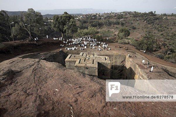 Sonntagsmesse wird an die Felskirchen Kirche von Bet Giyorgis (St. Georg)  gefeiert  in Lalibela  UNESCO Weltkulturerbe  Äthiopien  Afrika