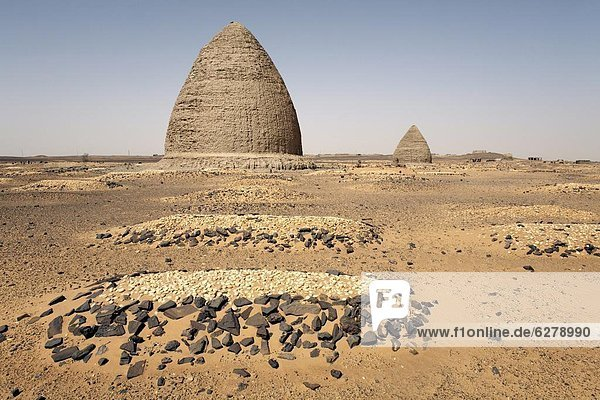 Graves  including beehive graves (Tholos tombs)  in the desert near the ruins of the medieval city of Old Dongola  Sudan  Africa
