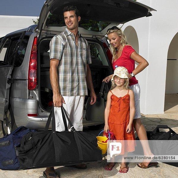 Auto  Menschliche Eltern  Gepäck  verpacken  Tochter