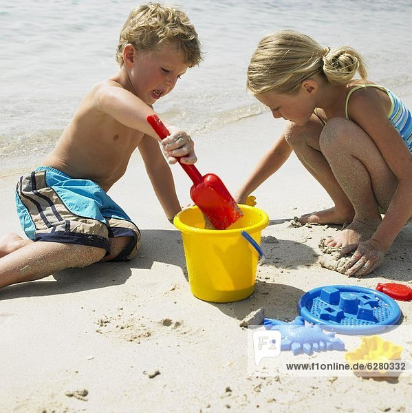Strand  Junge - Person  Produktion  Sandburg  Mädchen