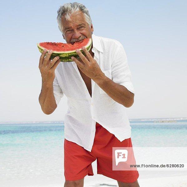 Senior  Senioren  Wasser  Mann  Strand  Melone  essen  essend  isst