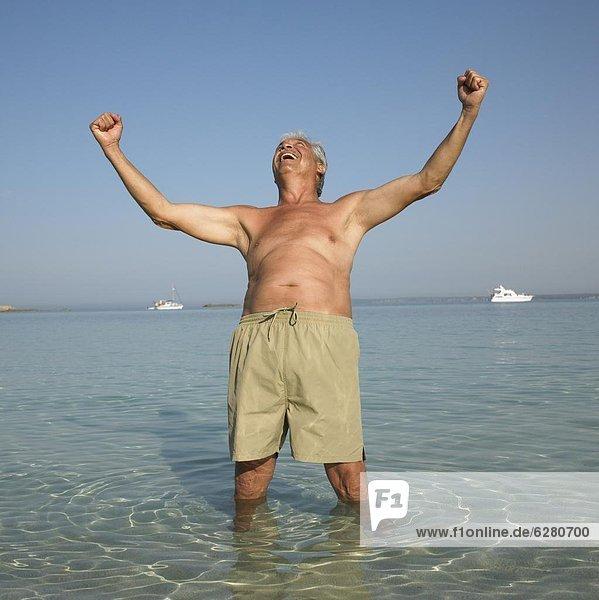 Senior  Senioren  Mann  Fröhlichkeit  Strand  heben