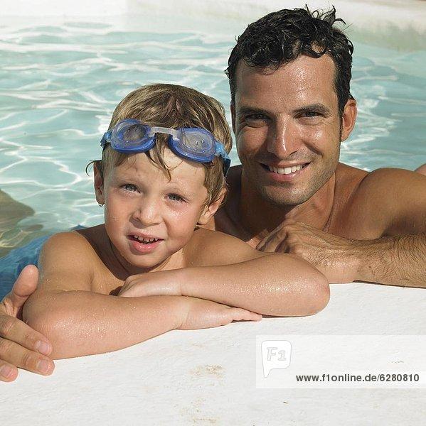 Menschlicher Vater  Sohn  schwimmen