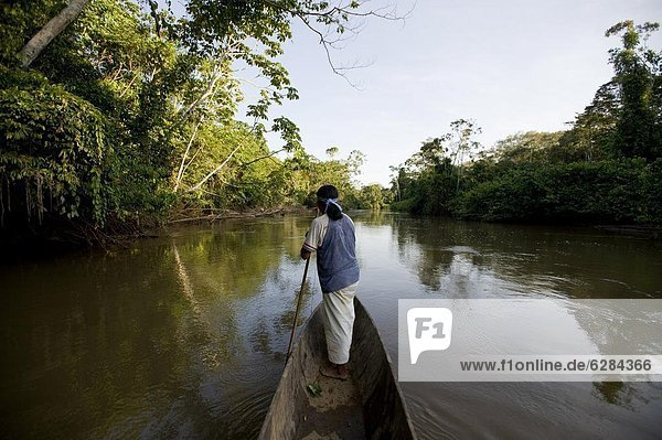 Mann angeln Nebenfluß Ecuador Südamerika