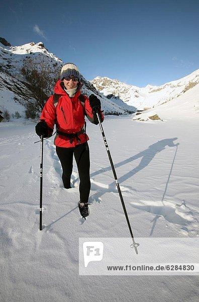 hoch  oben  Anschnitt  Europa  Winter  Landschaftlich schön  landschaftlich reizvoll  Bergwanderer  Hautes-Alpes  tief  Bergmassiv  Schnee