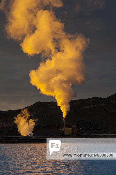Geothermie-Anlage bei M_vatn im Sonnenuntergang  Nor_urland eystra  Nordost-Island  Island  Europa