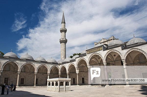 Innenhof der Süleymaniye Moschee  Istanbul  Türkei