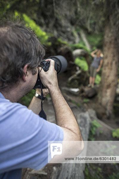 Fotograf und Modell beim Shooting im Wald  Stubaital  Tirol  Österreich  Europa