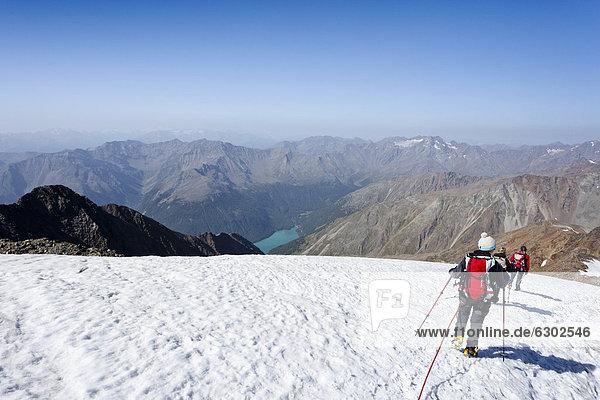 Wanderer beim Abstieg vom Similaun auf dem Niederjochferner im Schnalstal oberhalb des Fernagt Stausees  Südtirol  Italien  Europa Wanderer beim Abstieg vom Similaun auf dem Niederjochferner im Schnalstal oberhalb des Fernagt Stausees, Südtirol, Italien, Europa