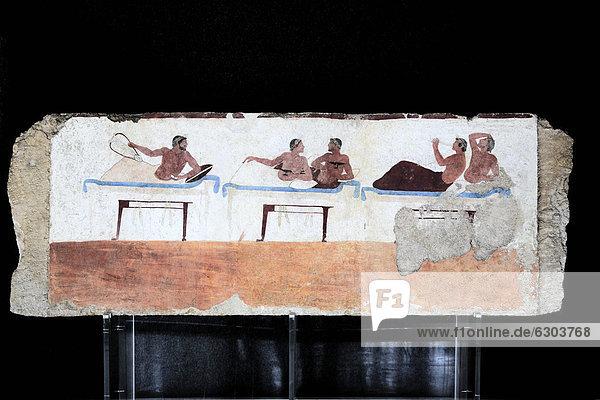 Tomba del Tuffatore  Grab des Tauchers  480 v. Chr.  Innenbemalung der Längsseite mit einer Szene eines Totenschmauses  mit Sänger  Flötenspieler und Leierspieler