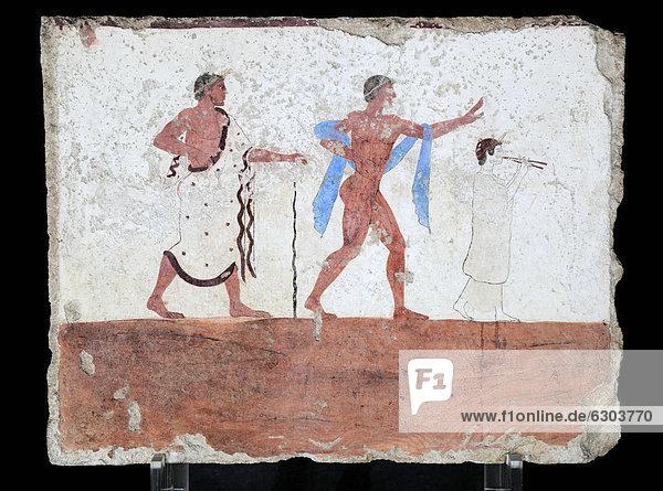 Tomba del Tuffatore  Grab des Tauchers  480 v. Chr.  Innenbemalung der Querseite  ein auf einen Stock gestützter Mann  ein tanzender Jüngling und eine weißgekleidete Flötespielerin
