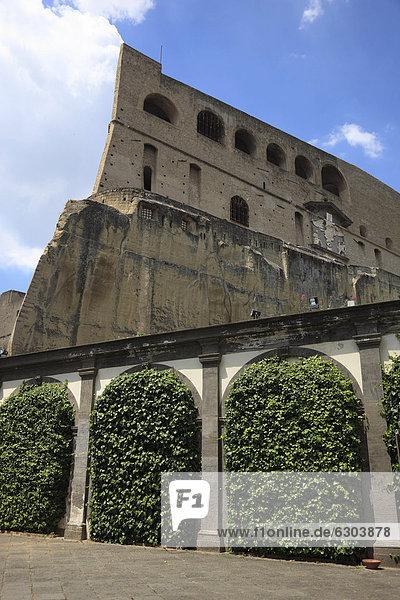 Blick von der Certosa di San Martino auf das Castell Sant' Elmo  auf dem Vomero oberhalb von Neapel  Kampanien  Italien  Europa