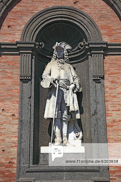 Statue von Carlo III.  Karl III. von Spanien  1716-1788  1735-1759 Regent von Neapel  Palazzo Reale  Palast der Vizekönige  an der Piazza del Plebescito  Neapel  Kampanien  Italien  Europa