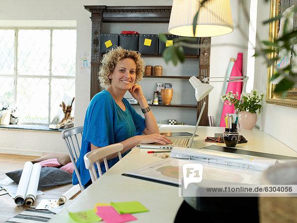 benutzen Frau arbeiten Notebook Wohnhaus Mittelpunkt Erwachsener