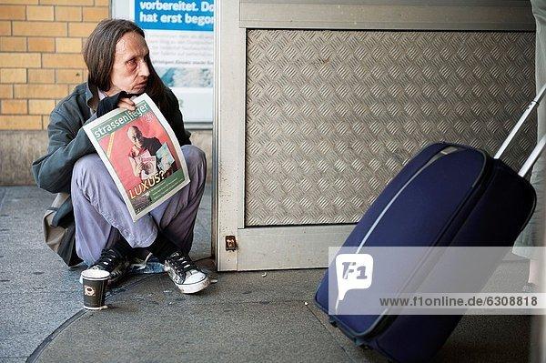 nahe  Eingang  Straße  Pendler  Zeitschrift  Touristin  verkaufen  Ignoranz  Deutschland