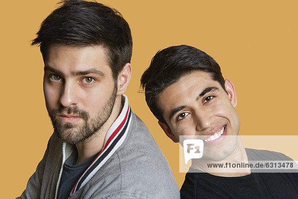Farbaufnahme  Farbe  Portrait  Freundschaft  über  Hintergrund  jung
