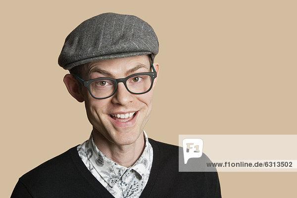 Farbaufnahme  Farbe  Portrait  Mann  Fröhlichkeit  über  Retro  Hintergrund  Mittelpunkt  Kleidung  Erwachsener