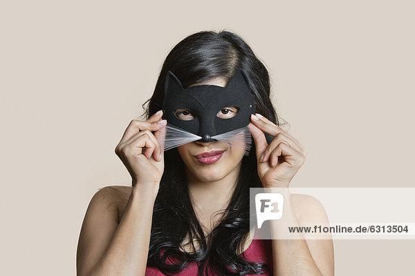 Farbaufnahme  Farbe  Portrait  Frau  über  Hintergrund  jung  Kleidung  Maske