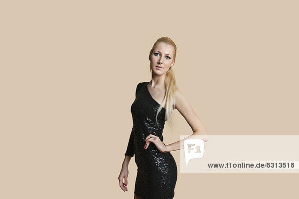 Farbaufnahme  Farbe  Portrait  blond  Frau  Schönheit  über  Hintergrund  Cocktail  Kleidung  Kleid