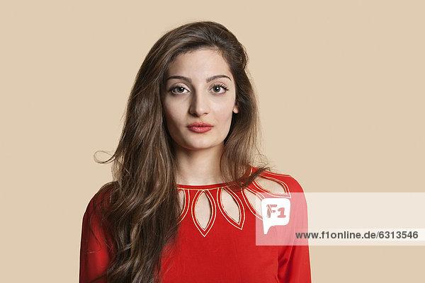 Farbaufnahme  Farbe  Portrait  Frau  Schönheit  über  Hintergrund  rot  jung