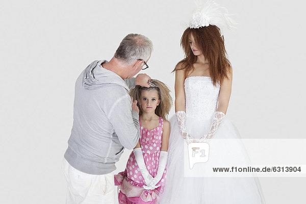 grau sehen Braut Schminke besprühen über Hintergrund Künstler Haar