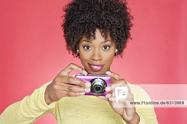 Farbaufnahme  Farbe  Portrait  Frau  über  halten  Hintergrund  amerikanisch