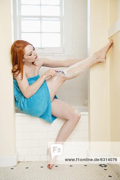 junge Frau junge Frauen Seitenansicht Rasur Badewanne