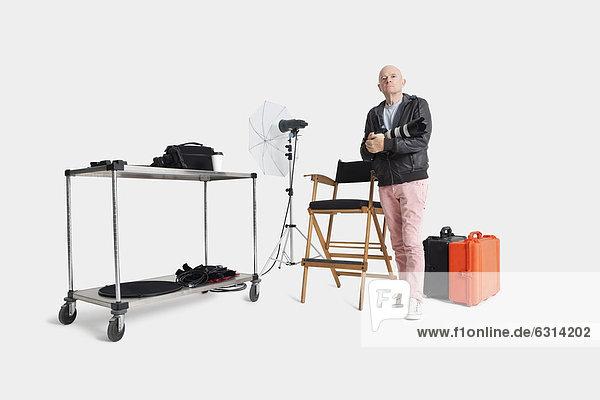 stehend  Senior  Senioren  Portrait  Mann  Studioaufnahme  Gegenstand