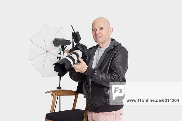 stehend Senior Senioren Portrait Mann Fröhlichkeit Studioaufnahme