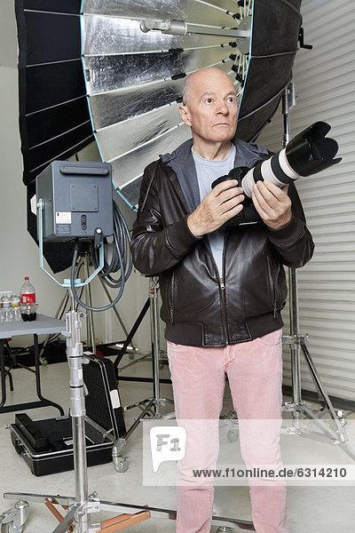 Senior  Senioren  Mann  frontal  Ansicht  Blick in die Kamera  Studioaufnahme