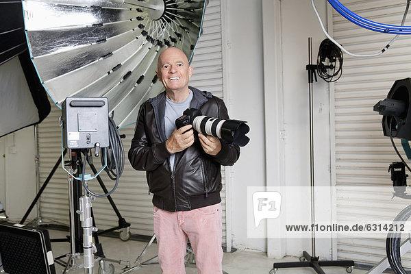 Senior  Senioren  Portrait  Fröhlichkeit  Fotoapparat  Kamera  Fotograf  Studioaufnahme