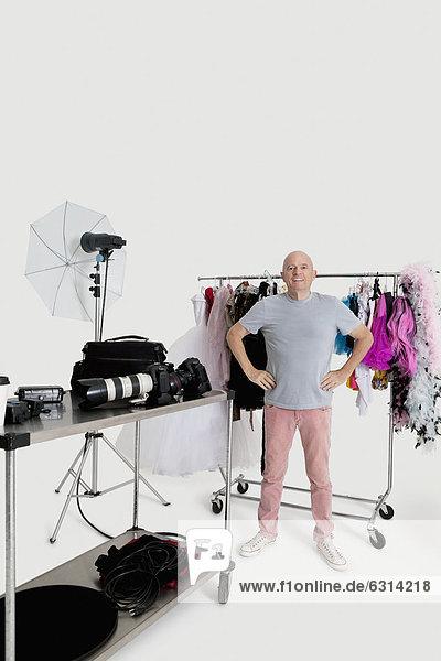 stehend  Senior  Senioren  Wäscheständer  Portrait  Mann  Kleidung  frontal  Studioaufnahme