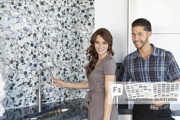 Farbaufnahme Farbe stehend Portrait Schönheit Wohnhaus Modell Küche jung Muster