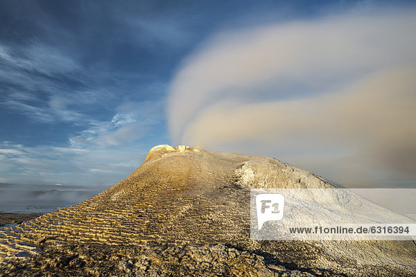 Steaming hot Oeskjuhoell or OeskurhÛlhver spring  Hveravellir high-temperature or geothermal region  Highlands  Iceland  Europe